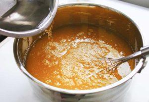 ajouter les huiles végétales dans le mélange de savon