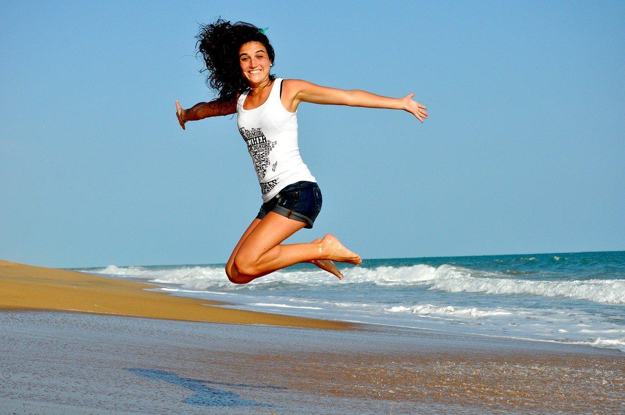 Femme-sautant